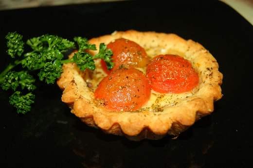 tartaletki-s-sy-rom-gryujer-i-tomatami