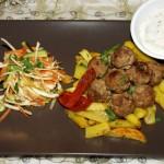 Ужин: капустный салат, картофель фри и сочные фрикадельки