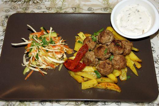 kapustny-j-salat-kartofel-fri-i-sochny-e-frikadel-ki