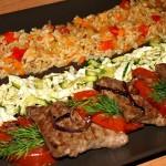 Медальоны из говядины с рисом и овощами